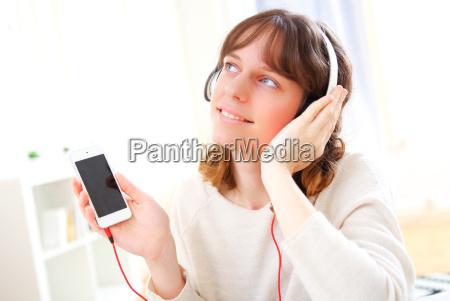 portrait einer jungen attraktiven frau listenning