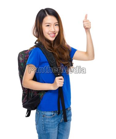 kursteilnehmer mit rucksack und daumen nach