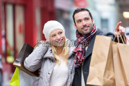 junge attraktive paare mit einkaufstueten