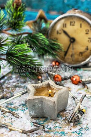postkarte mit altmodischen uhr und weihnachten