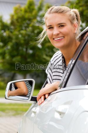 junge autofahrerin