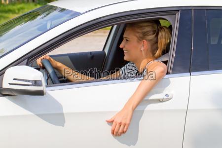 junge frau im neuen auto