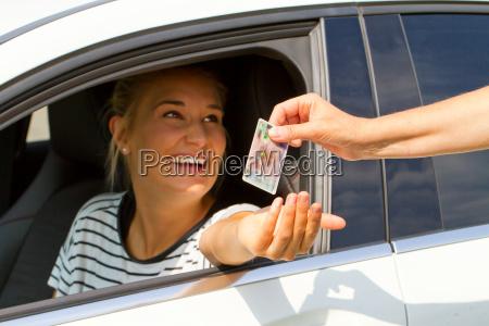 gluecklich junge autofahrer bekommt fuehrerschein und