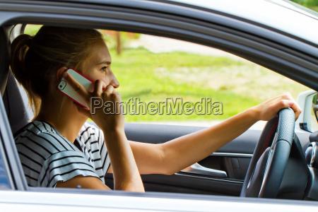 telefonieren waehren des autofahrens