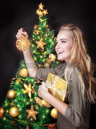 glückliches, mädchen, schmücken, weihnachtsbaum - 13187000