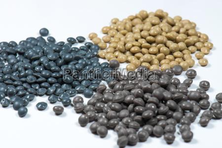 graue und braune kunststoffgranulate