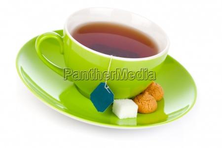 gruene tasse tee auf weissem hintergrund