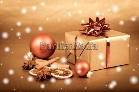 weihnachtskugeln mit geschenkbox und schnee