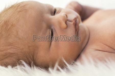 neu geborenes baby liegend auf einer