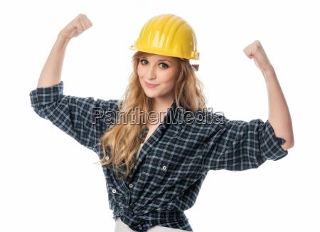 weiblicher handwerker mit helm ballt die