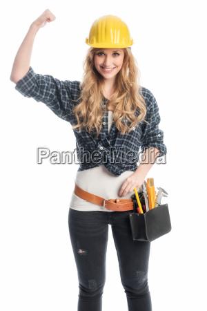 handwerker mit helm ballt eine faust