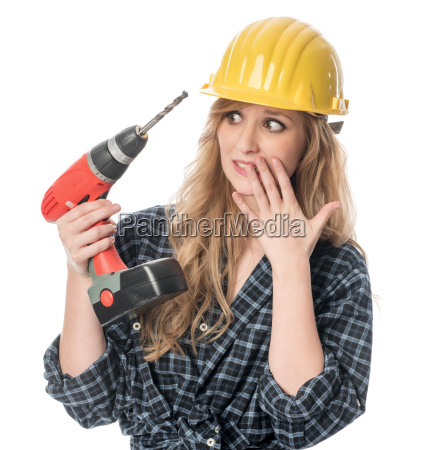 erschrockener handwerker mit bohrmaschine