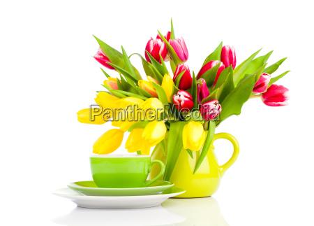gelbe tulpen blumen mit tasse tee
