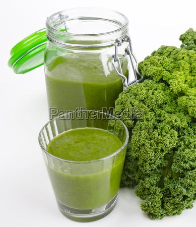 gruener smoothie glas und glas mit