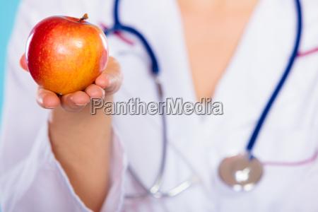 arzt mediziner medikus frau essen nahrungsmittel
