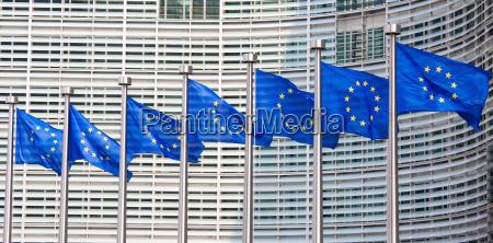 europaeische flaggen vor der europaeischen kommissiondie