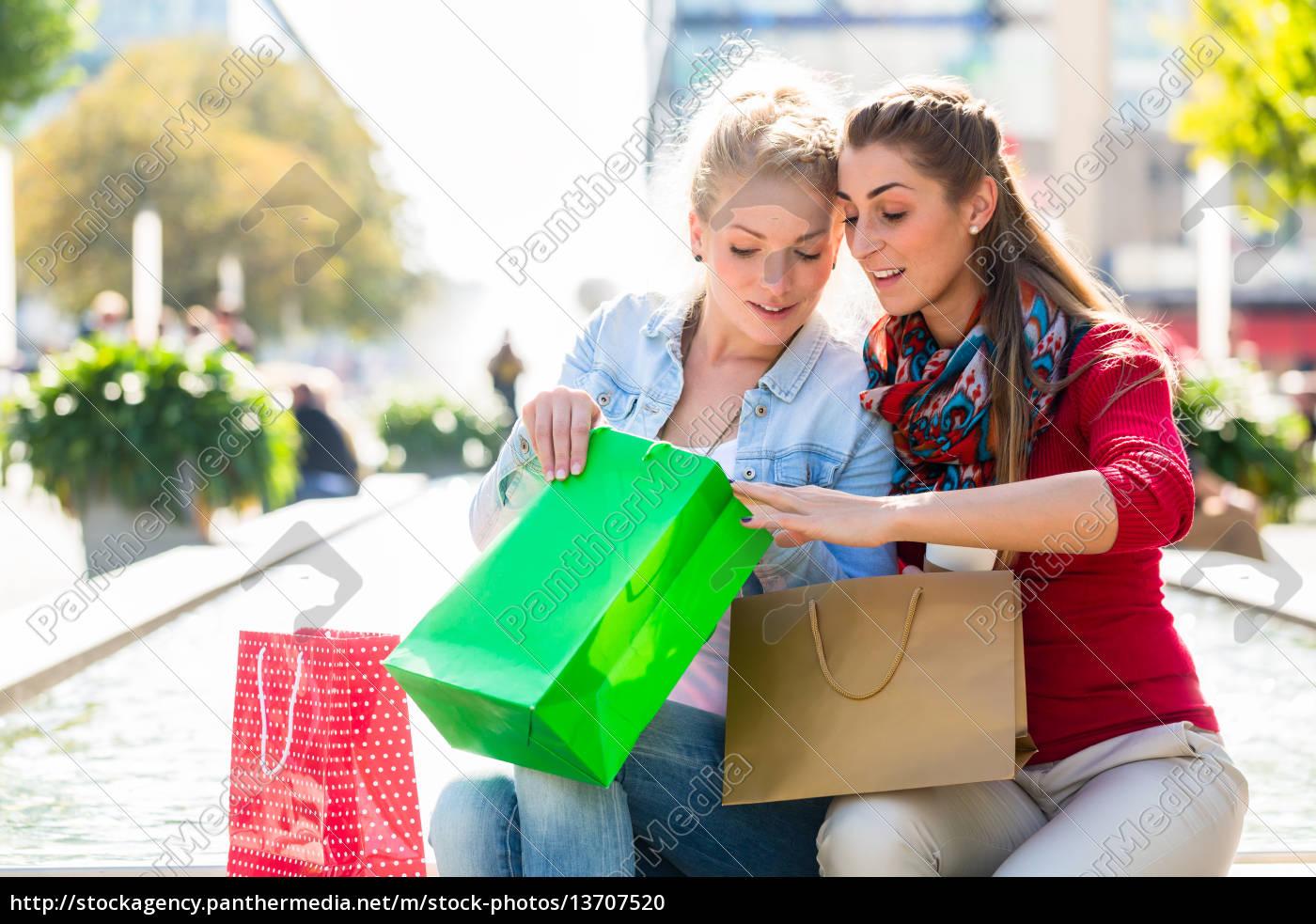 frauen, beim, einkaufen, mit, einkaufstüten, in - 13707520