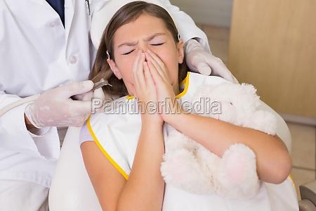 paediatrische zahnarzt versuchenniesen patienten zaehne zu