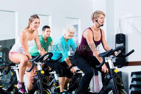 senioren beim spinning auf fitness bike