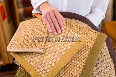 innenarchitekt kauft matten fuer boeden
