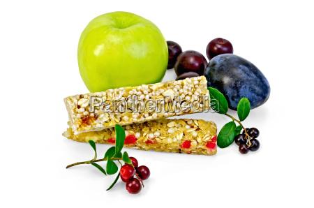 granola bar mit preiselbeeren und obst