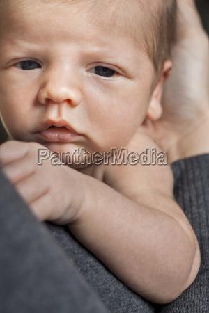 neugeborenes baby auf dem arm der
