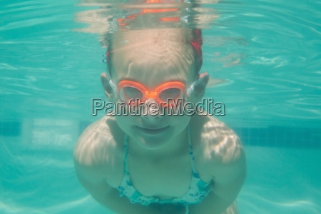 cute kind unter wasser im pool