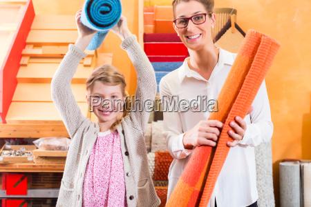 familie kauft auslegware