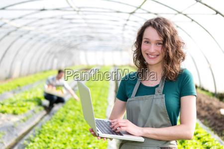 portrait einer attraktiven landwirt im gewaechshaus