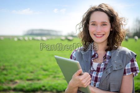 junge attraktive landwirt auf einem gebiet