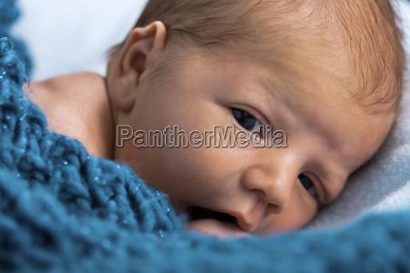 neugeborener saeugling baby eingewickelt in eine