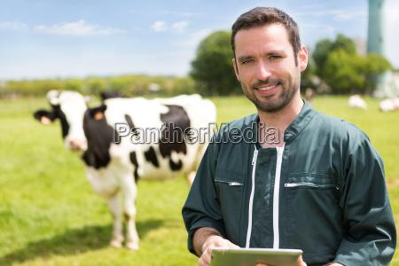 portrait einer jungen attraktiven landwirts in