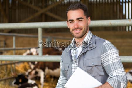 junge attraktive landwirt in einer scheune