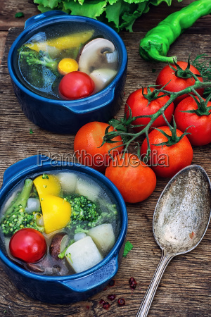 sommer suppe mit frischem gemuese
