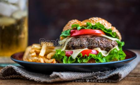 hausgemachte hamburger mit frischem gemuese und