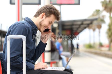 freelancer, arbeitet, mit, einem, laptop, und - 14385655