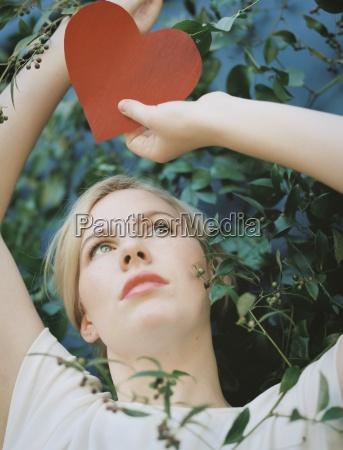 eine blonde frau mit einem roten