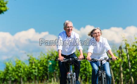 senioren frau und mann fahren fahrrad