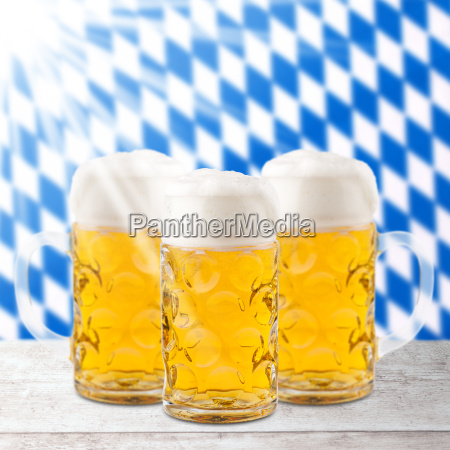 bier glaeser mit bayern flagge oktoberfest