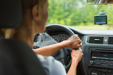 junge frau mit ihrem auto fahrenauf