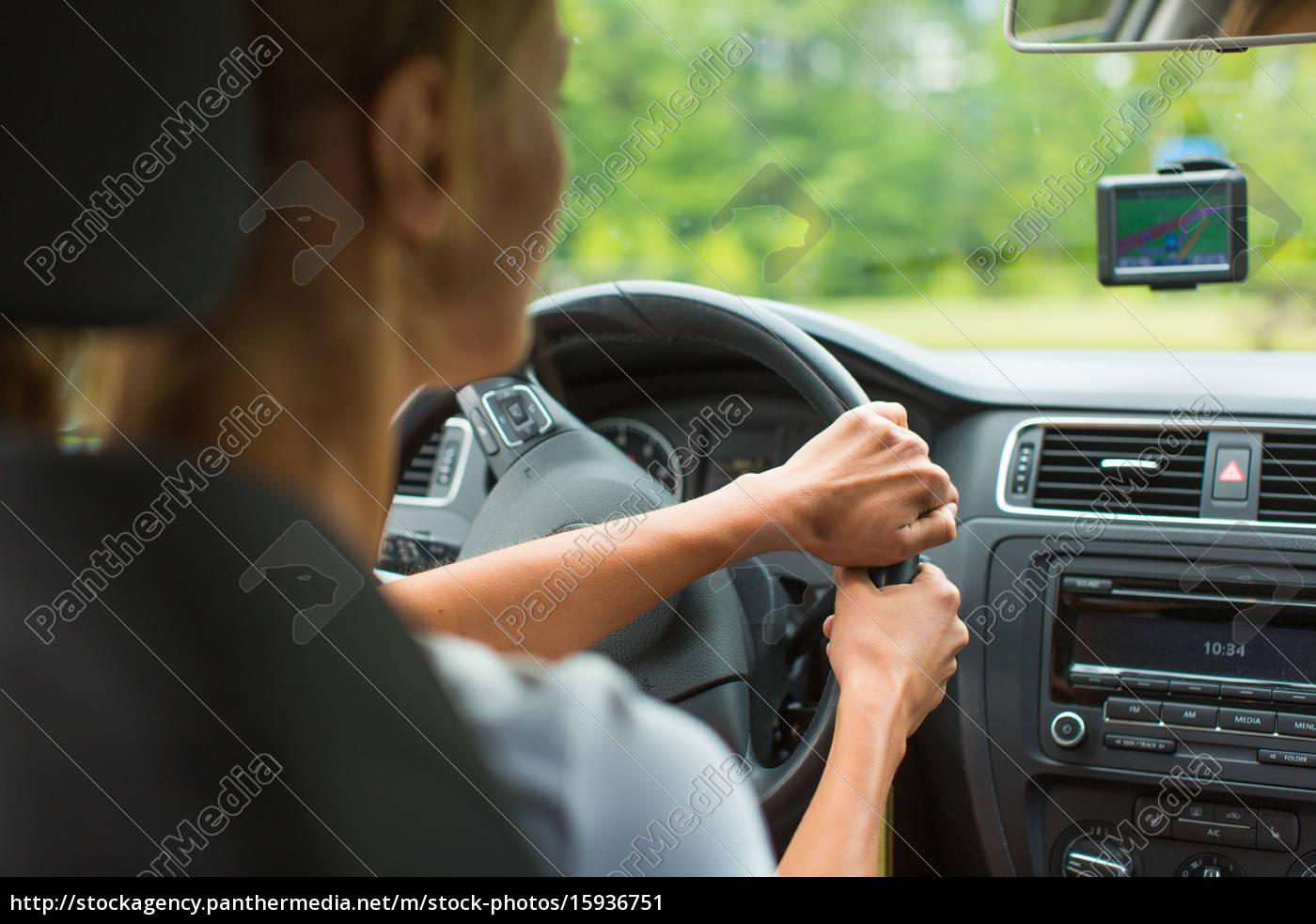 junge, frau, mit, ihrem, auto, fahren, auf - 15936751