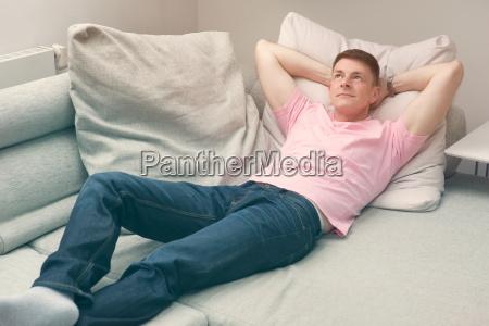 mann liegt auf der couch