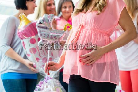 werdene mutter mit geschenken auf baby