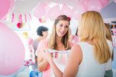 schwangere frau auf baby shower party