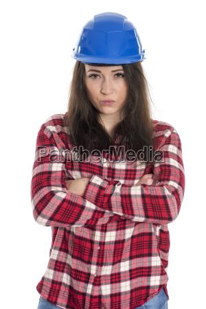 weiblicher handwerker mit verschraenkten armen schaut