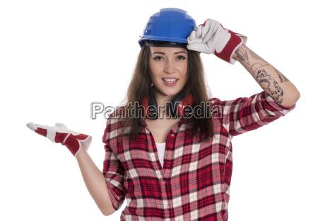 weiblicher handwerker mit bauhelm zeigt mit