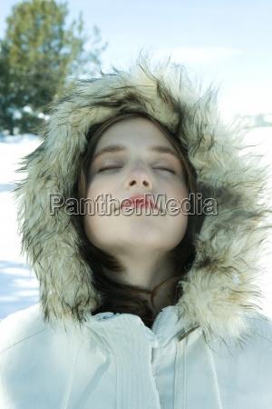 teenie maedchen parka im schnee tragendie