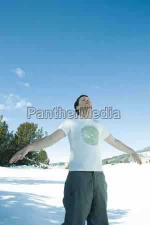junger mannan den seiten im verschneiten