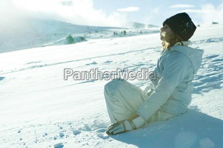 teen maedchen sitzen auf schnee