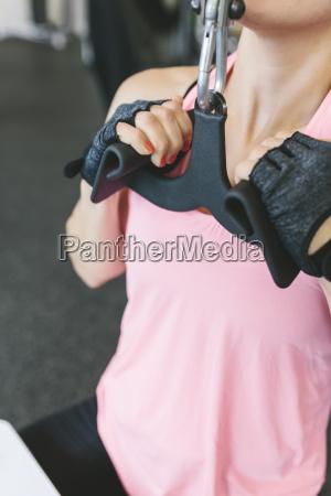frau, macht, latziehen, in, fitness-studio - 16983618